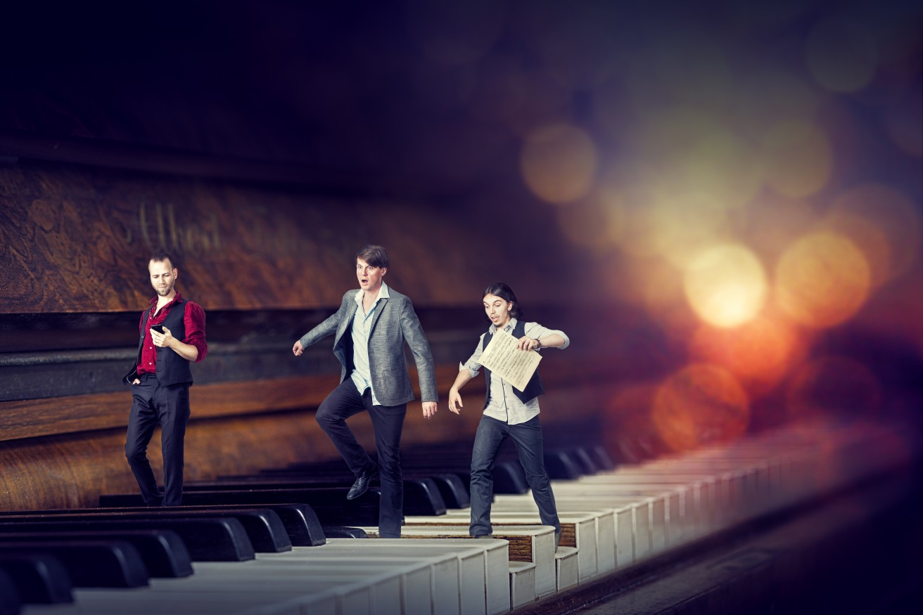 Bild - Die Band als Miniatur am Klavier