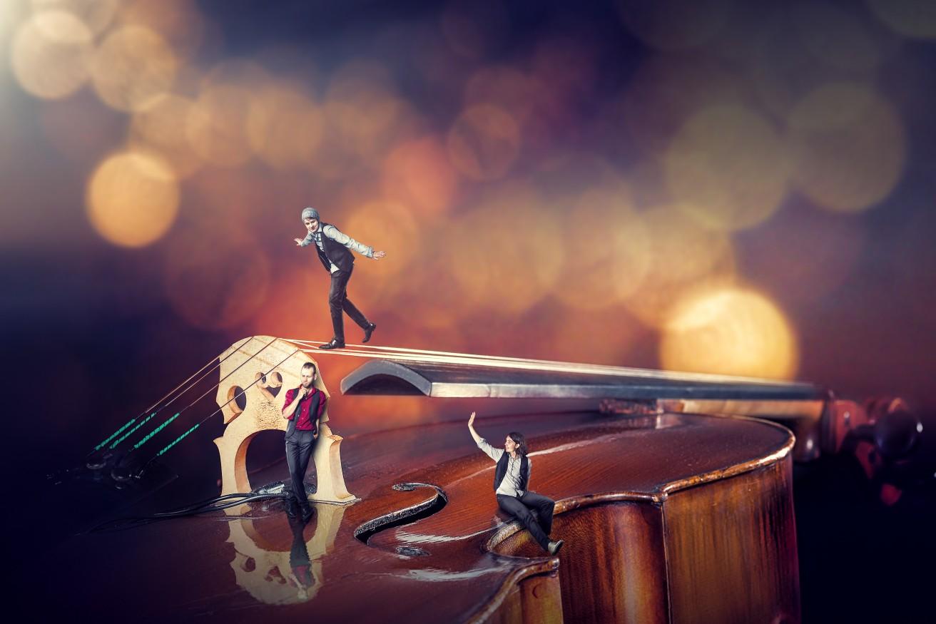 Bild - Die Band als Miniatur am Cello