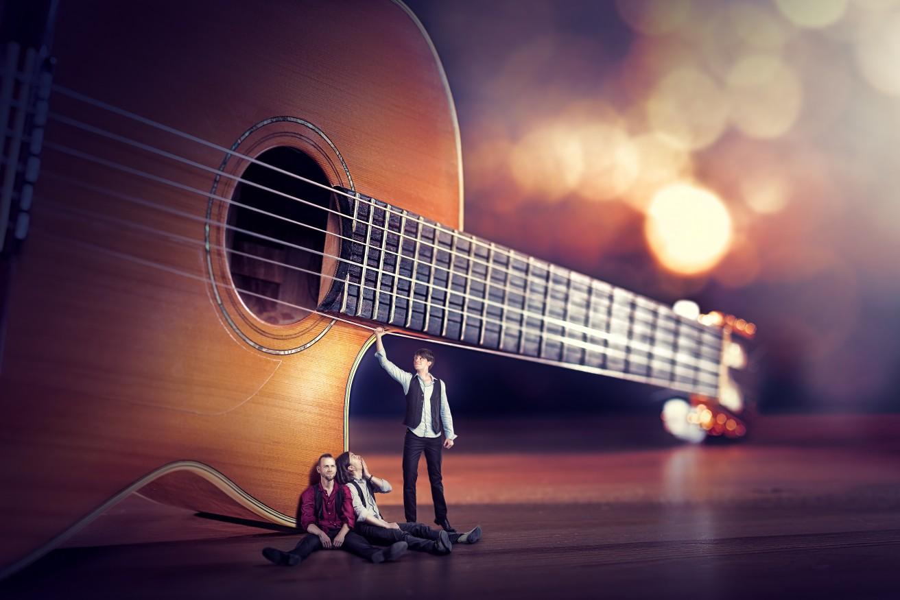 Bild - Die Band als Miniatur an der Gitarre